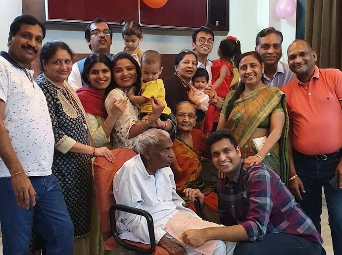 Tứ đại đồng đường nhà Garg sống cùng nhau trong một ngôi nhà ở Delhi.