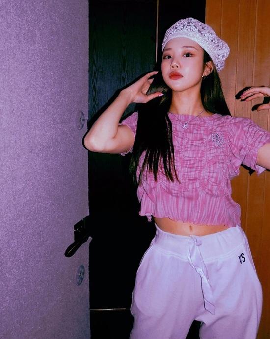 JooE phối đồ hồng - trắng nữ tính, biểu cảm kiêu sa.