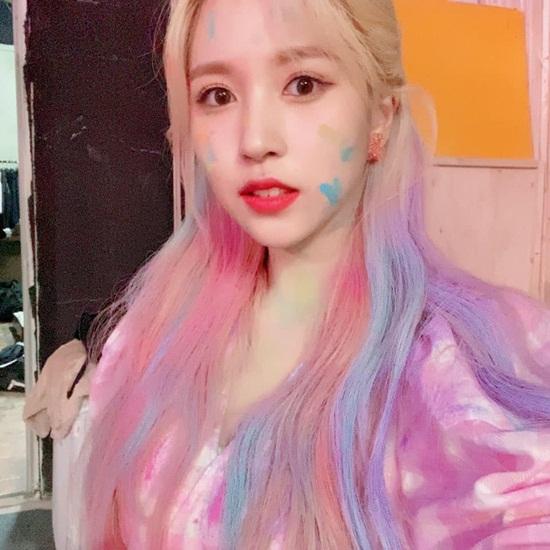 Mina (Twice) có mái tóc cầu vồng.