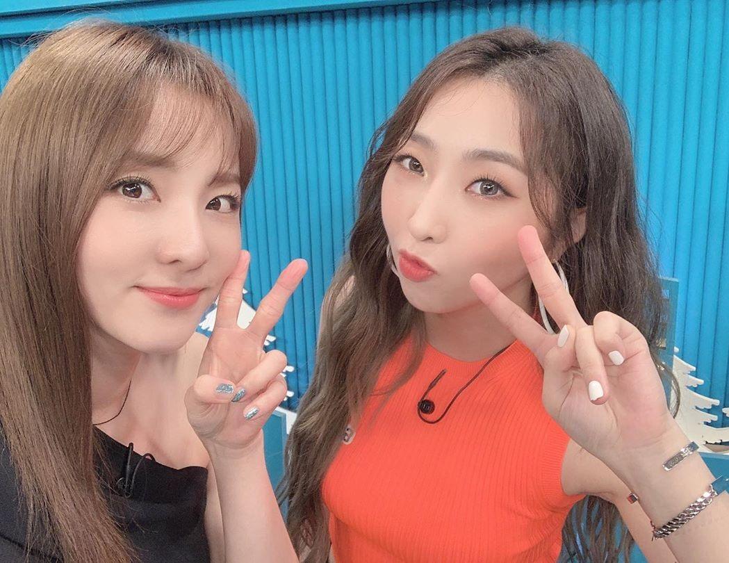 Minzy và Dara chụp ảnh thân thiết ngày hội ngộ.