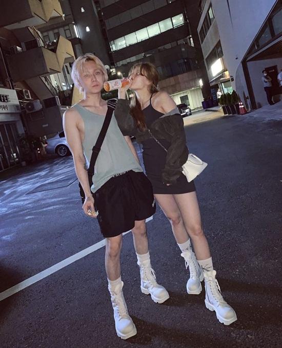 Hyuna - Dawn đi giày đôi dạo phố, tạo dáng như đang chụp hình tạp chí.