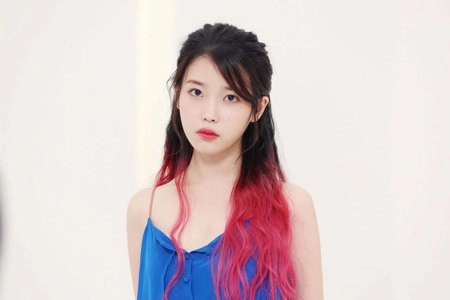 Với nhan sắc trong veo và gương mặt ngây thơ, IU càng thêm ngọt ngào nhờ mái tóc trộn màu độc đáo.