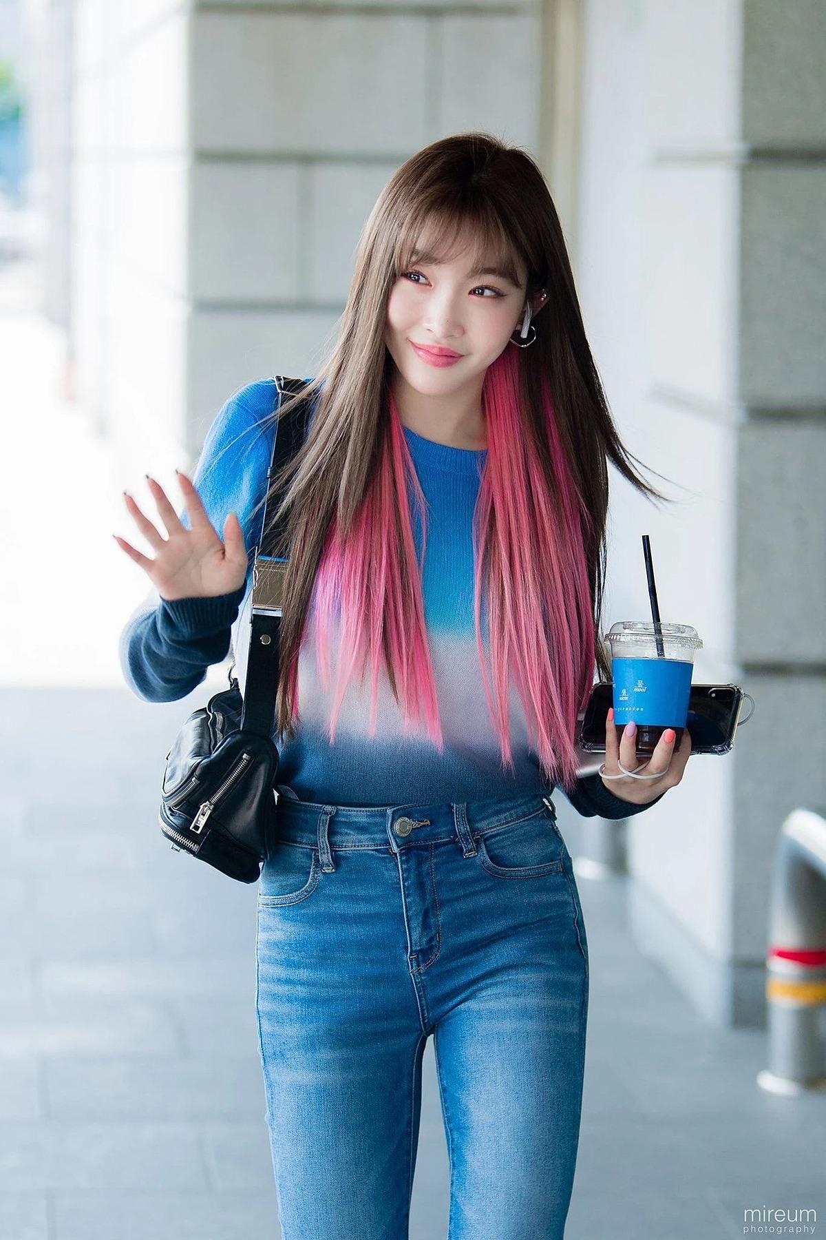 Kiểu tóc hai lớp giúp gương mặt Chung Ha thêm tươi sáng, trẻ trung.