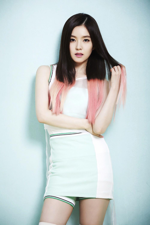 Hồi mới debut, Irene từng có lúc gắn bó với kiểu tóc ombre pha hai màu đen - hồng. Phần đuôi của nữ idol được tẩy và nhuộm tông rực rỡ. Nhiều khán giả nhận xét, kiểu tóc này quá cá tính so với gương mặt của Irene, khiến cô trông có phần kém sang. Sau khi chuyển sang gắn bó với những màu tóc trầm, Irene mới lên tầm nữ thần nhan sắc.