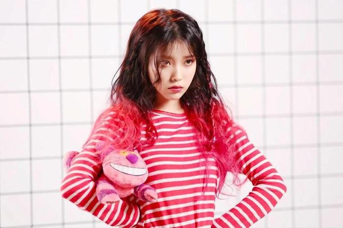 Trong đợt ra mắt Palette hồi 2017, IU chọn kiểu tóc nửa trên tông đen, nửa dưới gam hồng neon chói lọi. Dù để kiểu tóc siêu kén, người đẹp không hề bị dìm.