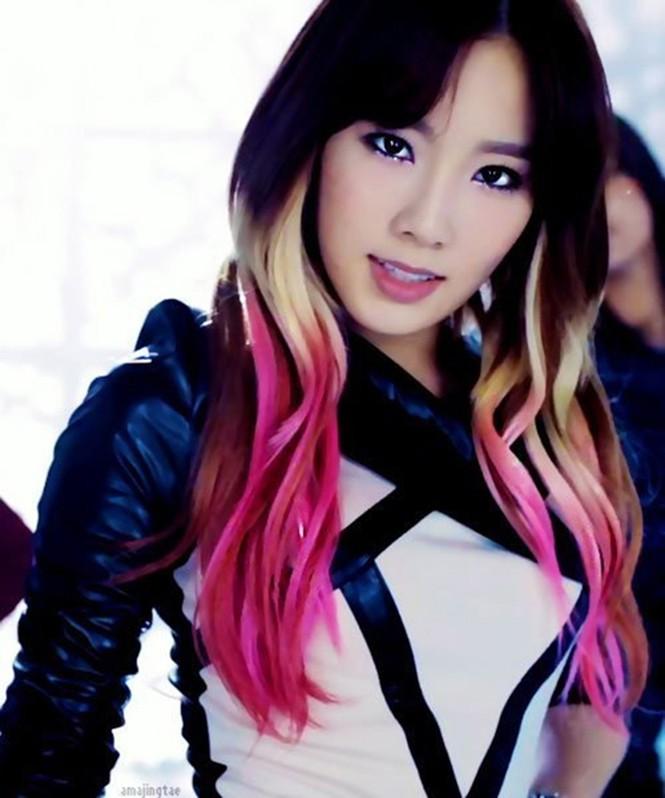 Tae Yeon từng thử nhuộm tóc black pink một thời gian ngắn. Cô chọn cách tẩy đuôi, nhuộm ombre theo xu hướng hot nhất Kbiz một thời. Ngoài tông đen - hồng, mái tóc của Tae Yeon còn được trộn gam bạch kim, trông rất ngọt ngào và được so sánh với một ly kem ngon lành.