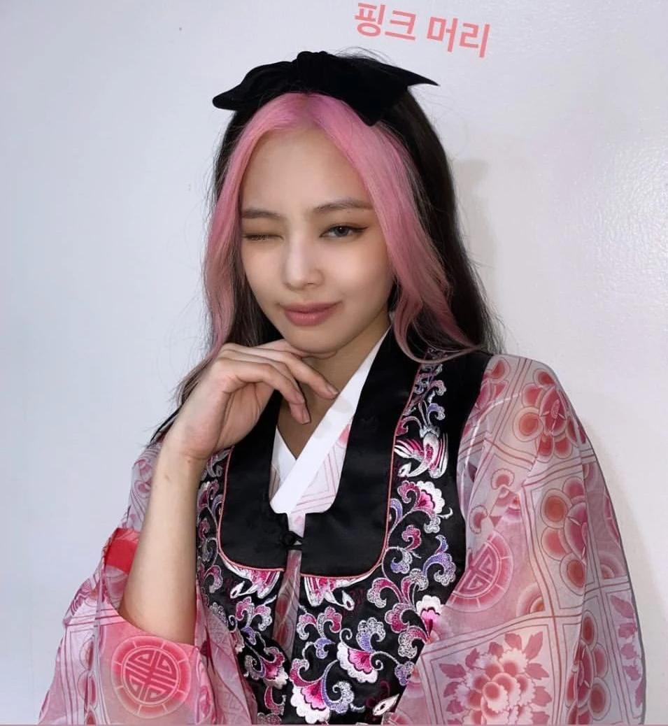 So với kiểu tóc mái bạc trắng, tóc mái hồng nịnh mặt của Jennie hơn hẳn, giúp làn da của cô nàng thêm hồng hào, trẻ trung. Kiểu tóc này cũng rất ăn ý với trang phục hanbok mà cô nàng diện, tăng độ sành điệu cho nữ idol.