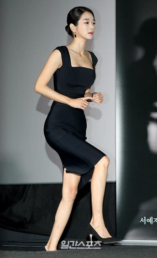 Ở đời thường, Seo Ye Ji là mỹ nhân dáng đẹp có tiếng, rất biết cách chọn trang phục thanh lịch nhưng vẫn đủ độ quyến rũ.