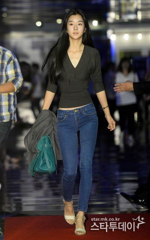 Váy áo ôm sát giúp người đẹp tôn lên vòng eo được nhiều người phán đoán là dưới 50 cm.