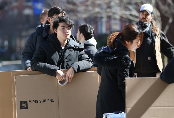 Sinh viên Đại học Boston, bang Massachusetts, thu dọn đồ đạc rời khỏi ký túc xá ngày 18/3. Ảnh:Nancy Lane/ Boston Herald.