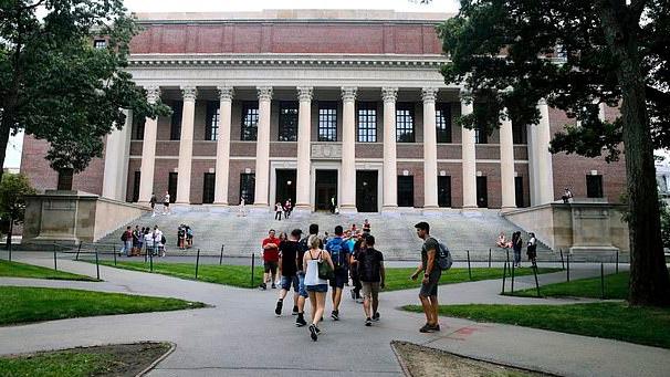 Harvard là một trong những trường áp dụng học online trong mùa thu này. Ảnh: AP.