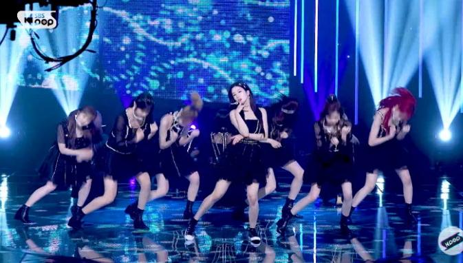 Eun Bi nhận nhiều lời khen vì tinh thần biểu diễn chuyên nghiệp. Những động tác vũ đạo của cô nàng vẫn rất thuần thục ngay cả khi mắt cá chân bị đau.