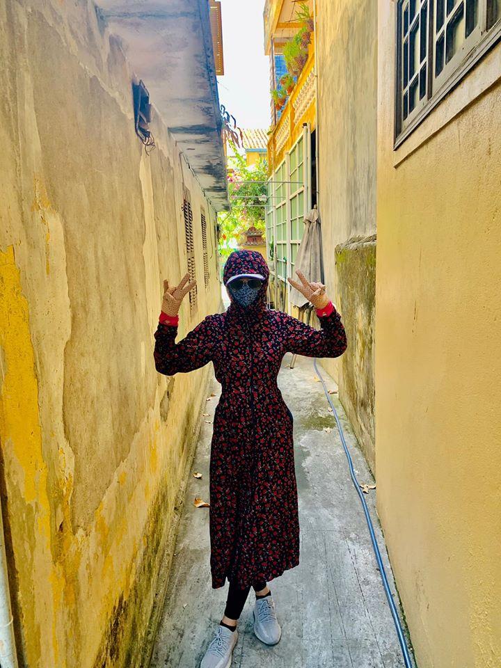 Hoa hậu Tiểu Vy như ninja vì nắng nóng khi về Hội An thăm nhà.
