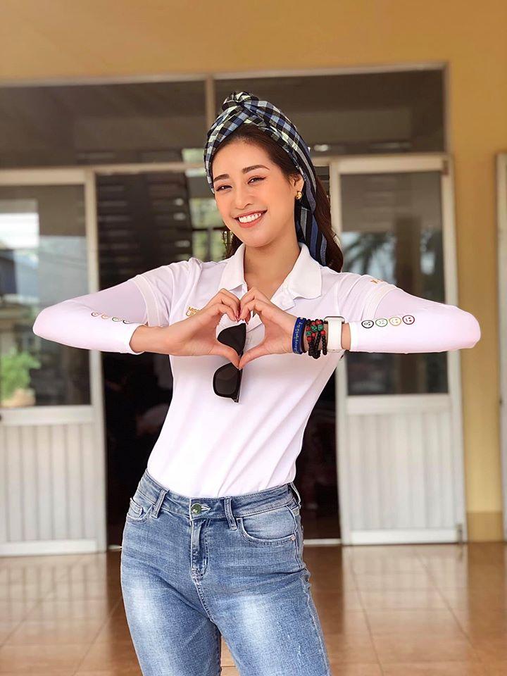 Hoa hậu Khánh Vân xì tin khi đi thiện nguyện ở miền Tây.