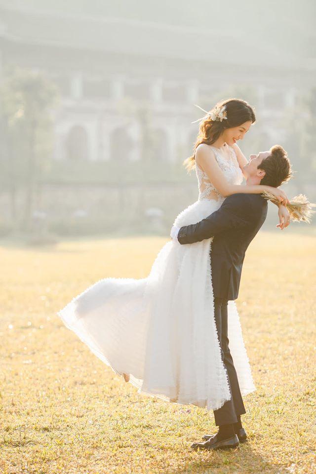Hoàng Oanh chia sẻ lại ảnh cưới cùng tâm trạng hạnh phúc, có những chia sẻ về gia đình.