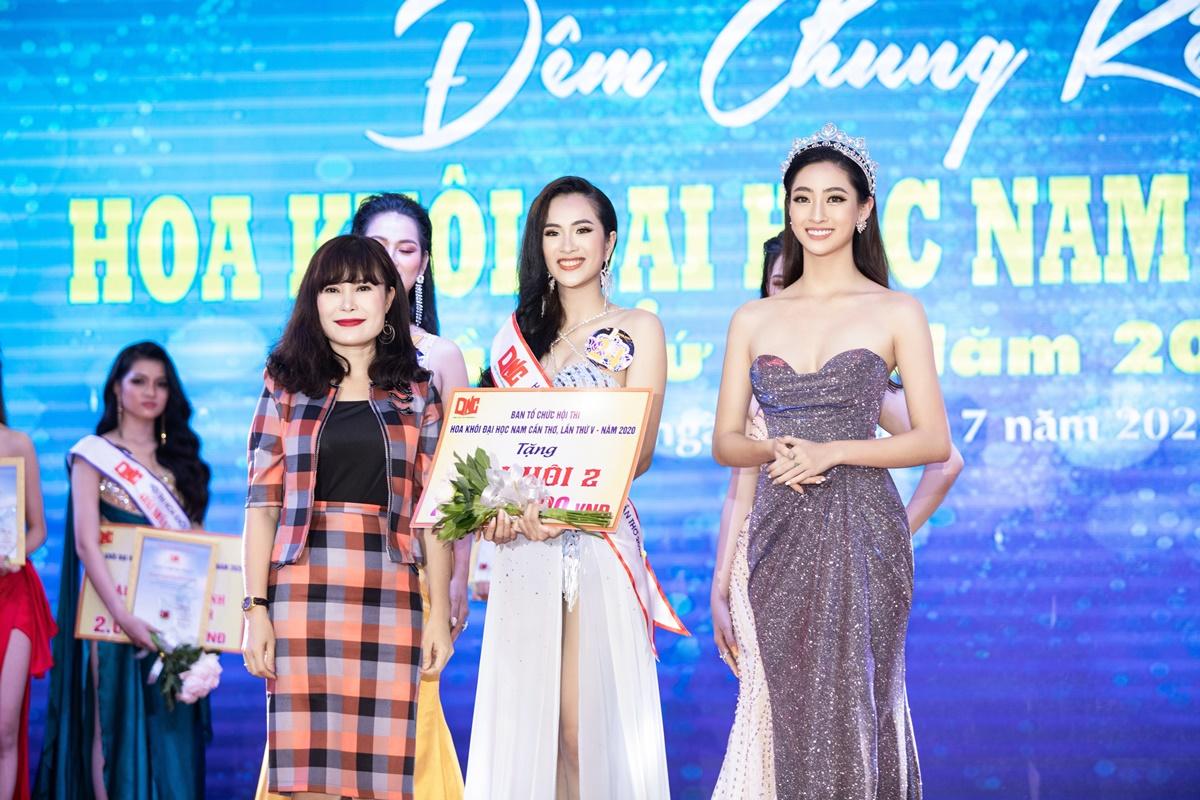 Thùy Linh trao thưởng cho Á khôi 2 - Cao Thị Tuyết Nhung.