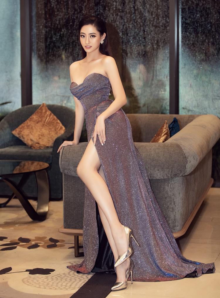 Miss World Vietnam 2019 đắt show ngồi ghế giám khảo các cuộc thi nhan sắc sinh viên sau một năm đăng quang. Cô gây ấn tượng với kinh nghiệm chinh chiến nhan sắc cùng tác phong làm việc chuyên nghiệp.