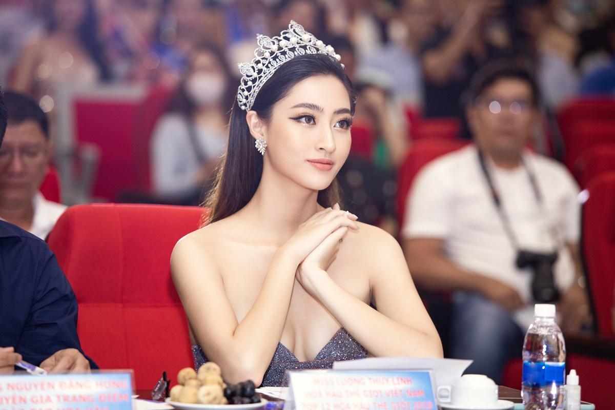 Người đẹp mang theo vương miện giá 3 tỷ đồng đến sự kiện. Trên ghế nóng, cô toát lên thần thái sang trọng, quyền lực.