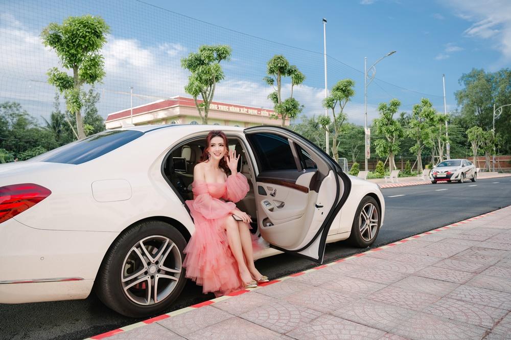 Phan Thị Mơ mặc đầm công chúa trễ vai, dáng mullet đi chấm thi bằng xế hộp 4,5 tỷ đồng.
