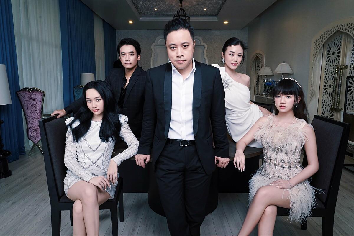 Đạo diễn Victor Vũ bên cạnh dàn diễn viên.