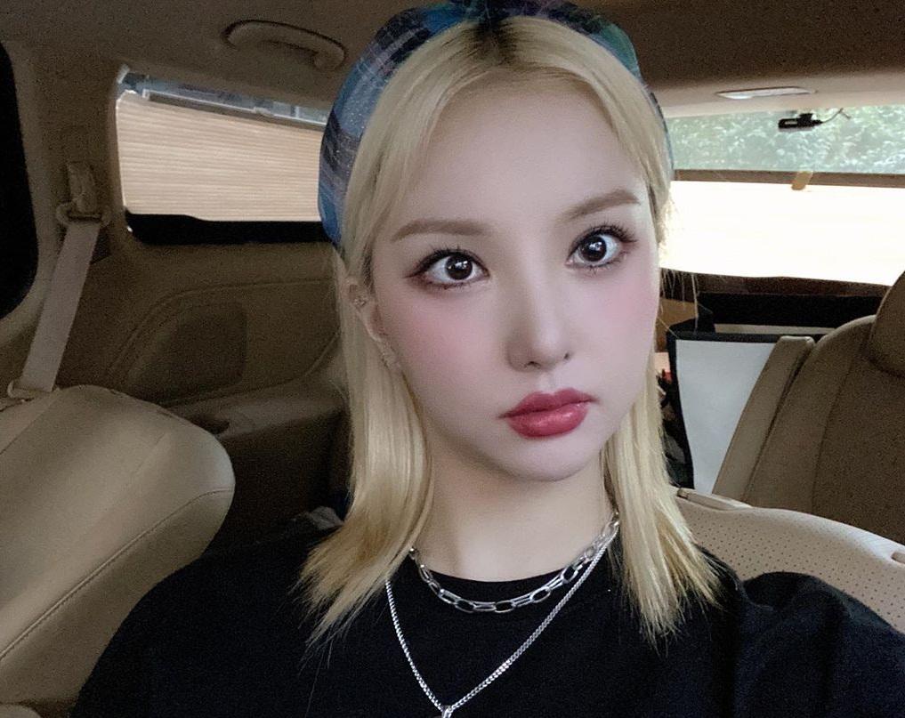 Eun Ha trang điểm môi dày, mắt to tròn như búp bê sống.