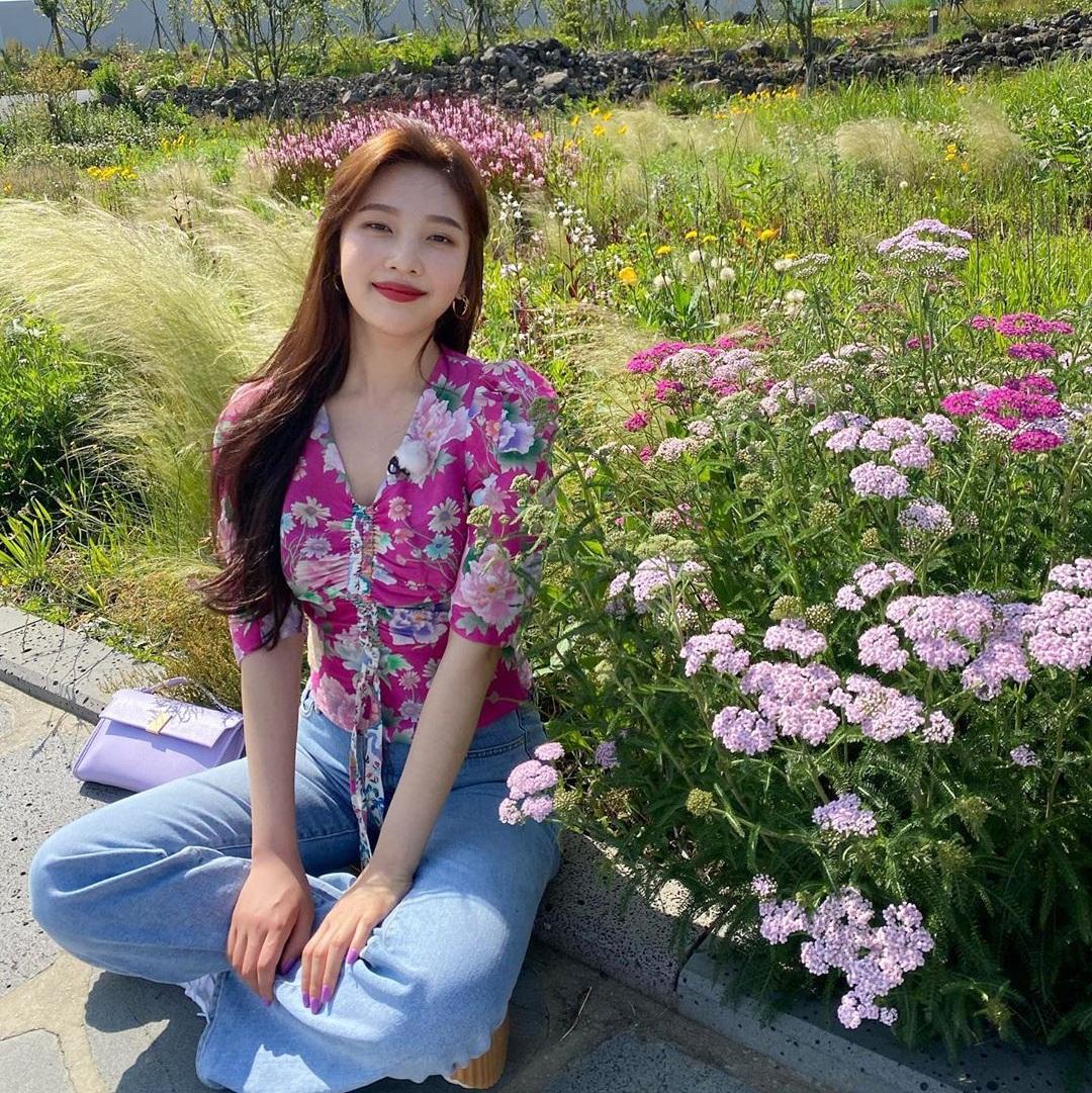 Joy diện áo in hoa rực rỡ, khoe visual rạng ngời trong nắng.