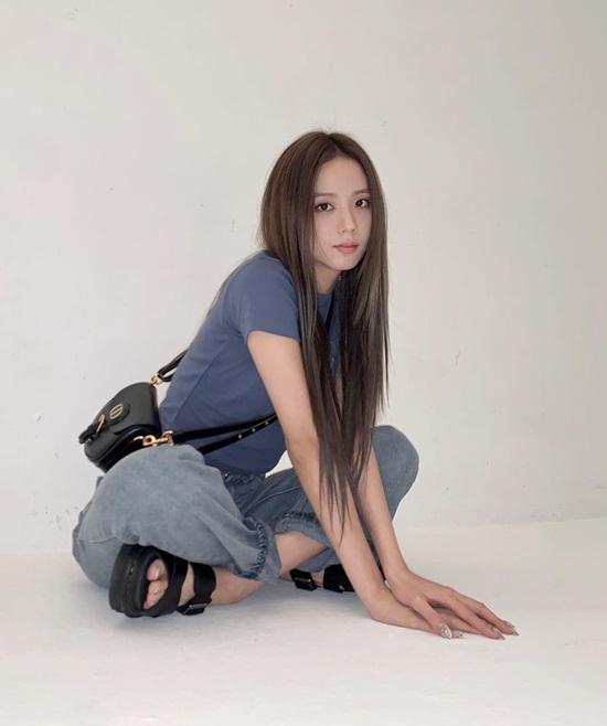 Ji Soo mặc áo phông quần jeans giản dị như cô sinh viên.