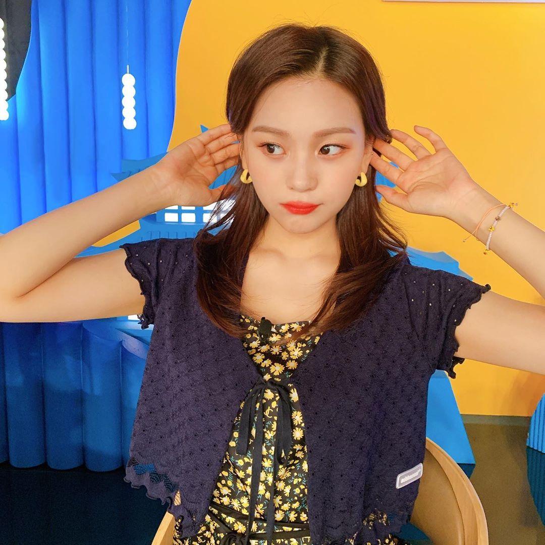 Um Ji ngày càng xinh đẹp với visual tươi tắn, trẻ trung.