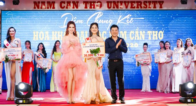 Cô trao giải cho Á khôi 1 - Phan Thị Trúc Mai. Thí sinh Lê Thị Tường Vy đăng quang ngôi vị cao nhất.