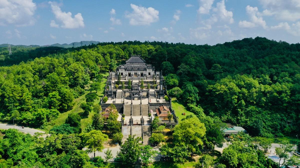 Lăng Khải Định nhìn từ trên cao, cách trung tâm thành phố Huế 10 km về phía tây nam, là công trình nổi bật nhất trong tất cả lăng tẩm ở Huế. Ảnh: Võ Thạnh.