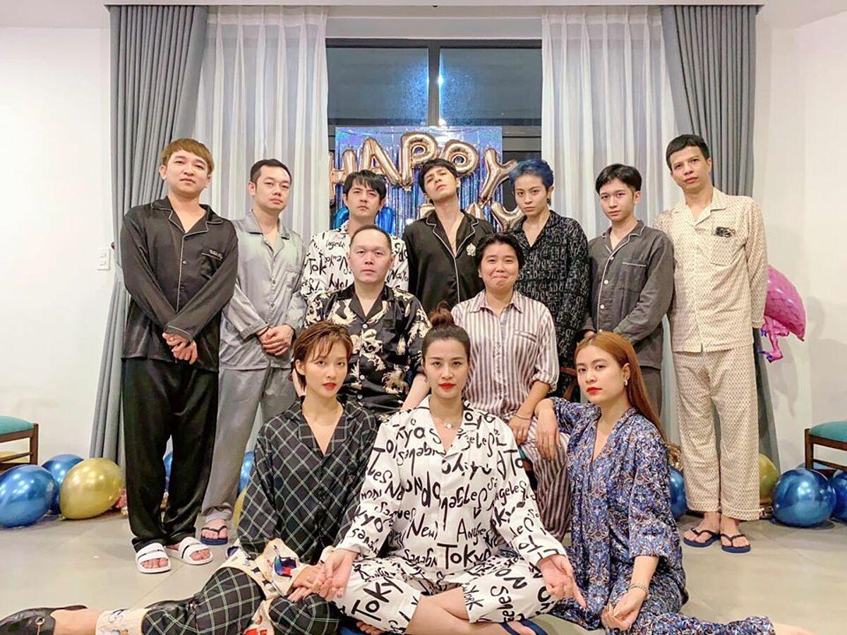 Nhóm gia đình văn hóa mặc pyjama trong tiệc sinh nhật Gil Lê. Họ chuẩn bị bóng bay, bánh kem, đồ hải sản và rượu vang trong bữa tiệc.