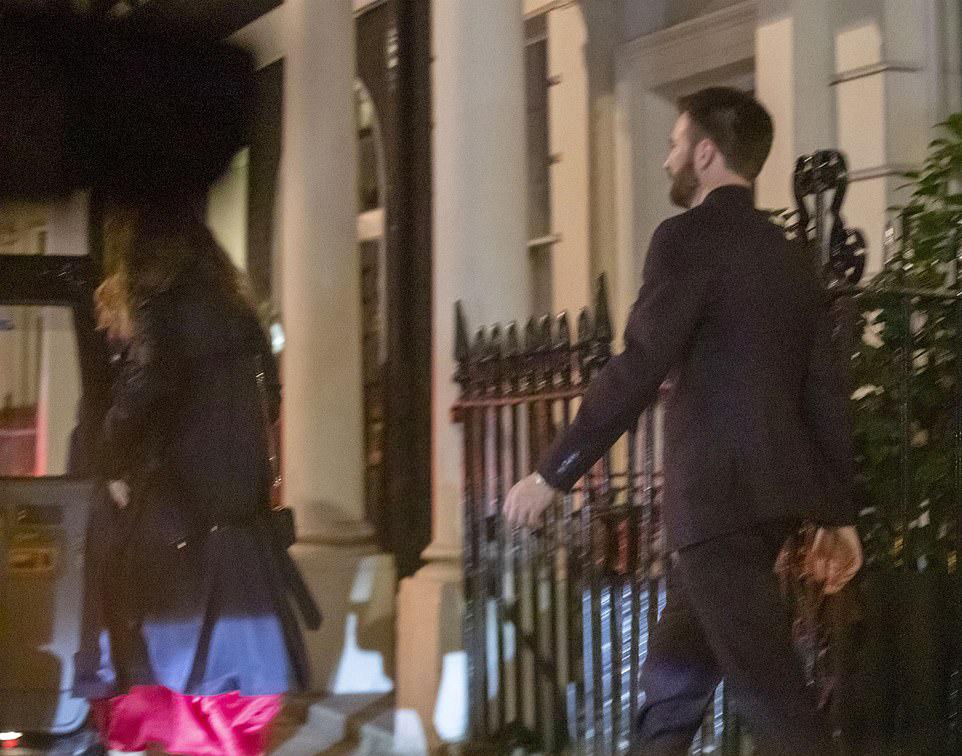 Chris Evans hẹn hò Lily James ở công viên - 5