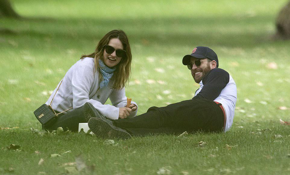 Chris Evans hẹn hò Lily James ở công viên - 3