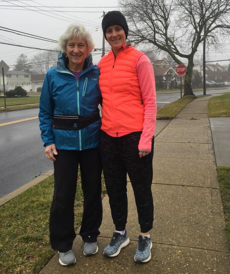 Bà Carole Forman (trái) và con gái (phải).