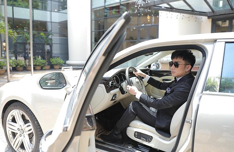 Quang Hà tự lái siêu xe đi ra mắt MV.