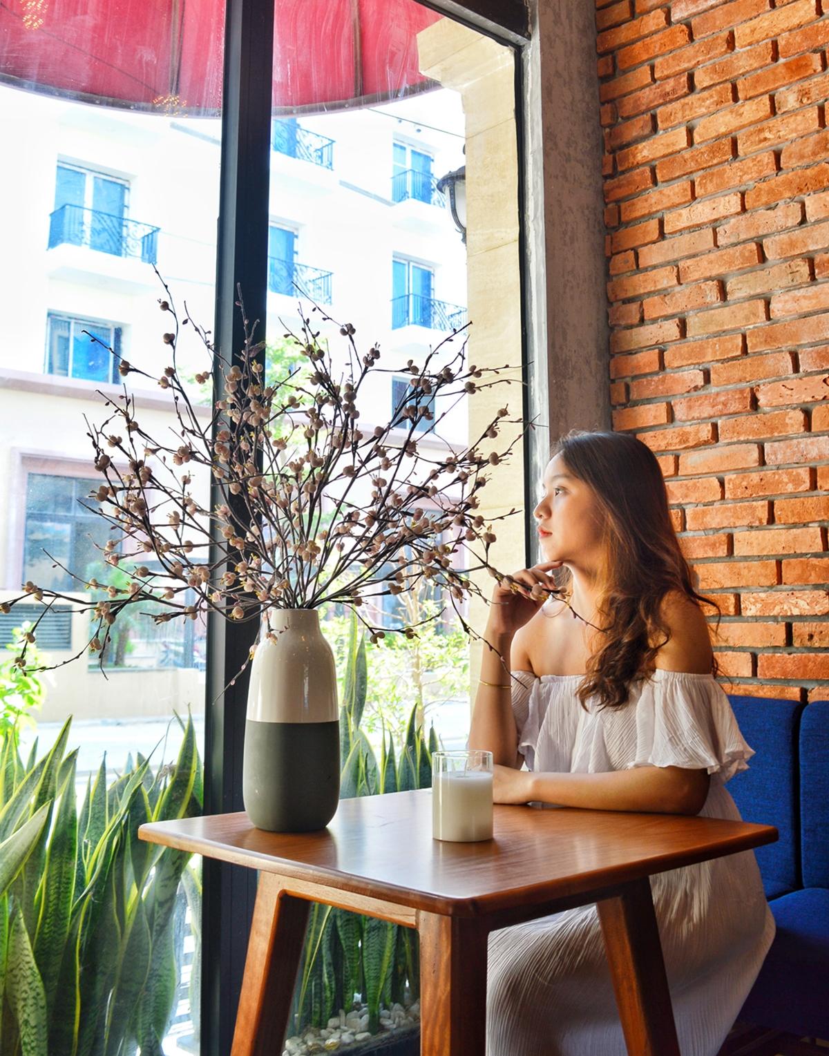 Ở tầng trệt là quán cà phê. Nhiều du khách lẫn người dân cố đô thích thưởng thức vị cà phê muối Huế và trà vừa bổ khỏe, đẹp da, hỗ trợ hệ miễn dịch, tiêu hóa.