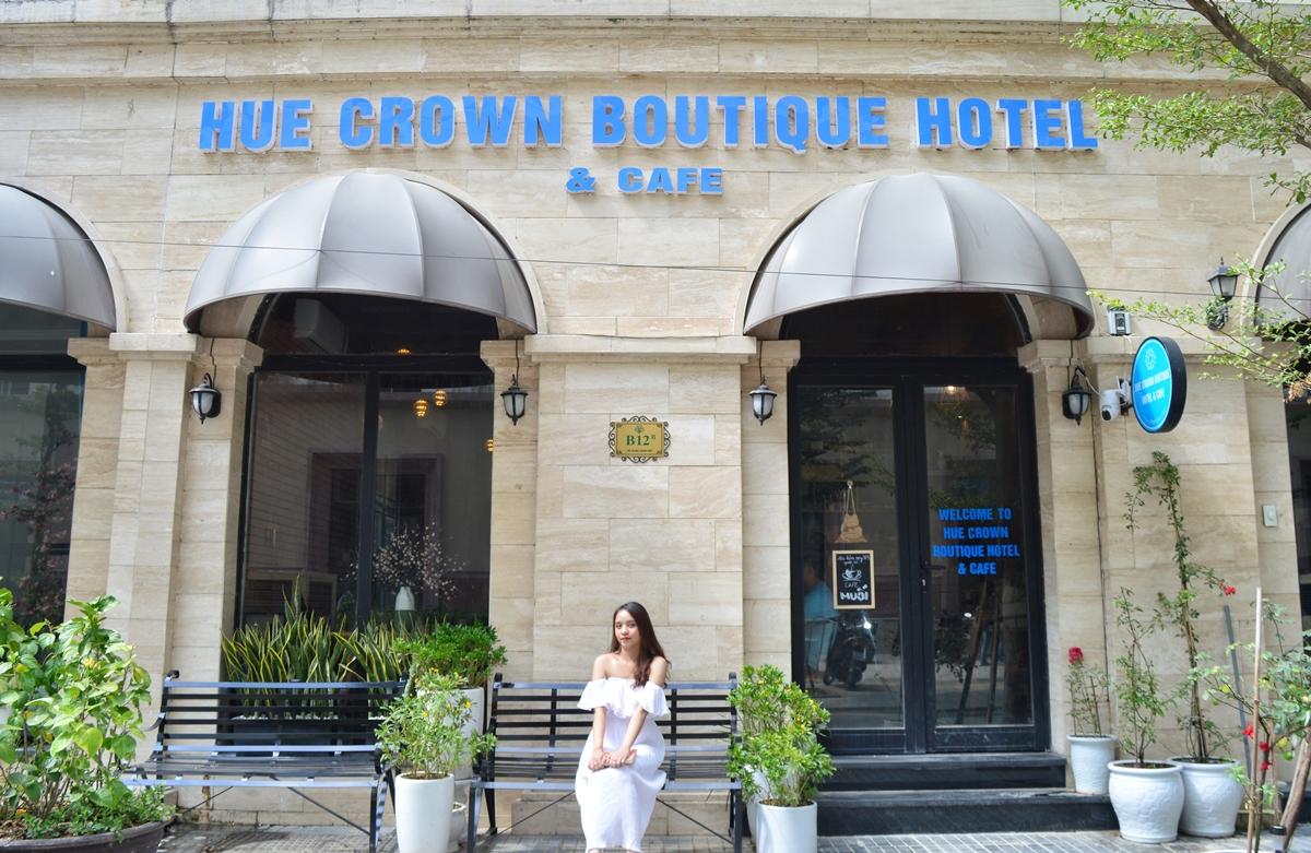 Hue Crown Boutique Hotel tọa lạc ở khu đô thị cao cấp The Manor Crown, đường Tố Hữu, TP Huế. Từ đây, bạn chỉ mất 5 phút chạy xe đến cầu Trường Tiền, 10 phút đến Đại Nội, đến khu phố Tây 4 phút và tiện di chuyển nhiều đến danh thắng lẫn đưa đón sân bay.