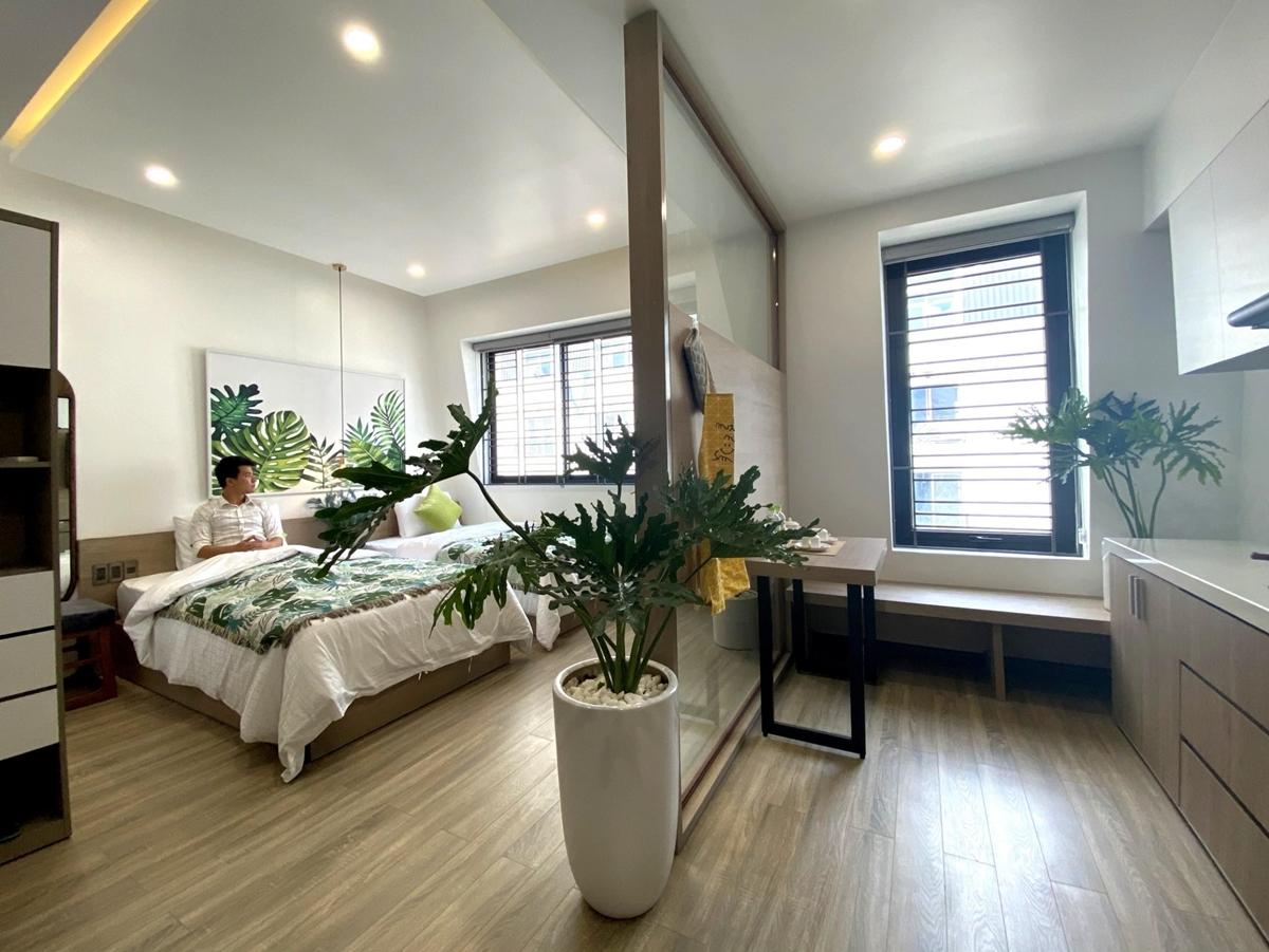 phòng có ban công rộng khoảng 28-30m, có đầy đủ tiện nghi, bếp, bàn ăn ngay trong phòng.