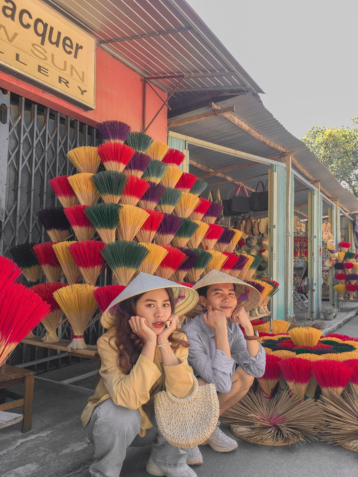 Cả hai mặc trang phục vintage, đội nón lá tạo dáng ở những sạp hương màu sắc ở Thủy Xuân.