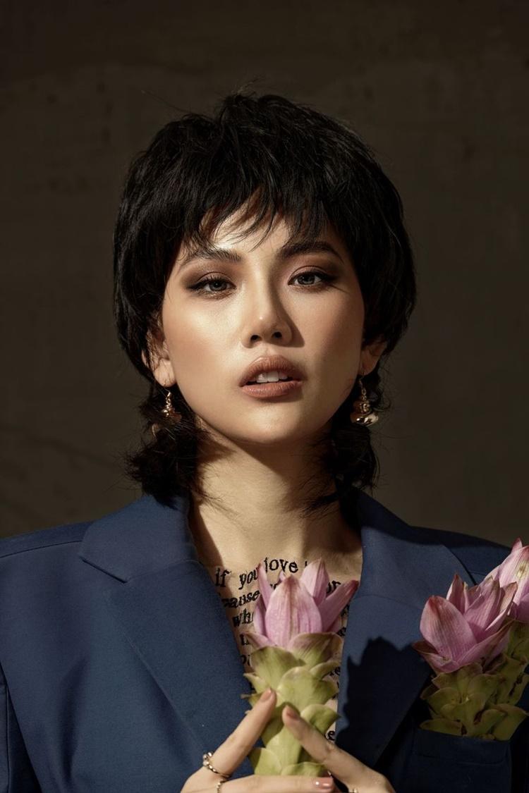 Trong bộ ảnh chào đón tuổi 22, Quỳnh Hoa đội tóc giả cá tính, trang điểm tông nâu trầm. Cô muốn giới thiệu với khán giả hình ảnh mới của bản thân: quyến rũ, trưởng thành, giàu kinh nghiệm, bản lĩnh trong cuộc sống.