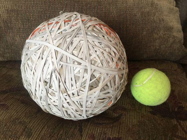 Những dây cao su bà Forman nhặt trên đường được cuộn thành quả bóng.