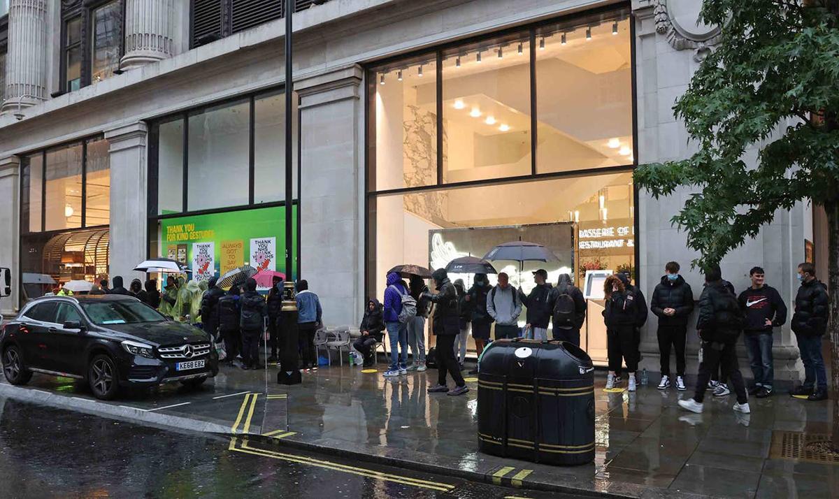 Hàng trăm người đội mưa gió, lạnh giá để được mua giày hiệu.