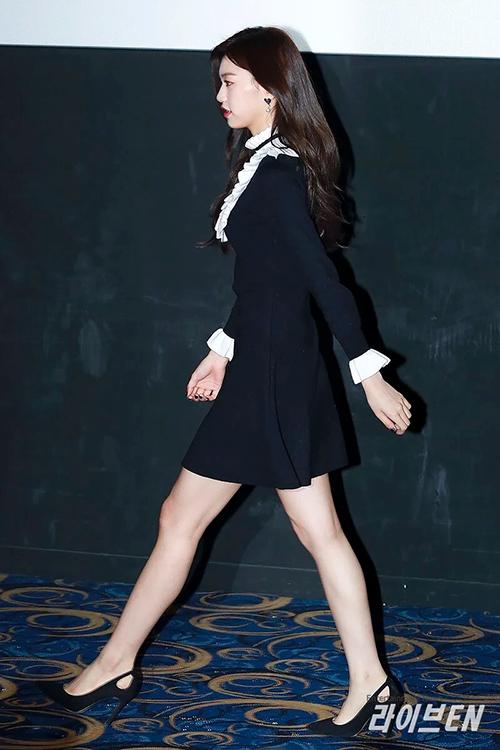 Những đôi giày mũi nhọn, gót nhọn với phần đế 7-12 cm giúp nữ idol 21 tuổi càng thêm cao ráo, mảnh mai.