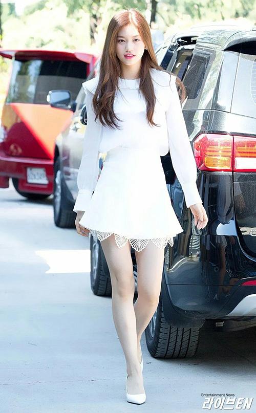 Do Yeon thể hiện sự tinh tế khi mix giày cao gót rất tông xuyệt tông với trang phục.