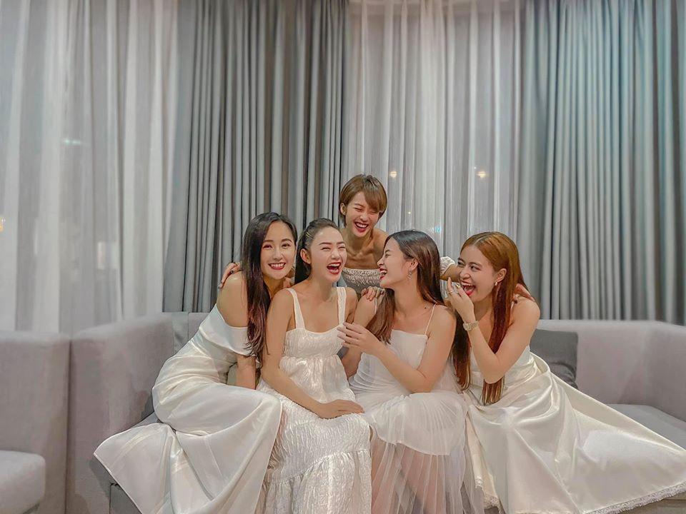 Hội mỹ nhân Vbiz gồm Đông Nhi, Minh Hằng, Hoàng Thùy Linh, Mai Phương Thúy và Khả Ngân diện đồ trắng tông xuyệt tông đi du lịch.