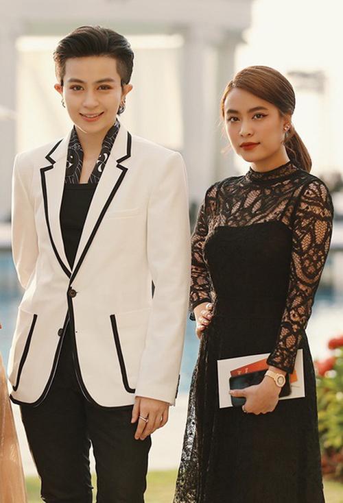 Hoàng Thùy Linh gần đây dính nghi vấn đang hẹn hò với Gil Lê, tuy nhiên không thừa nhận. Chơi chung một hội nên bất cứ dịp nào cả hai cũng cùng góp mặt.