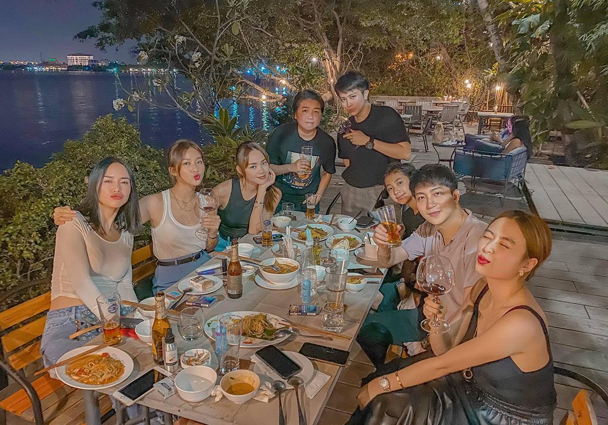 Hội tụ những mỹ nhân đình đám nhất Vbiz nhưng nhóm bạn này gắn bó với nhau nhiều năm, thường xuyên tụ tập ăn uống, đi chơi.