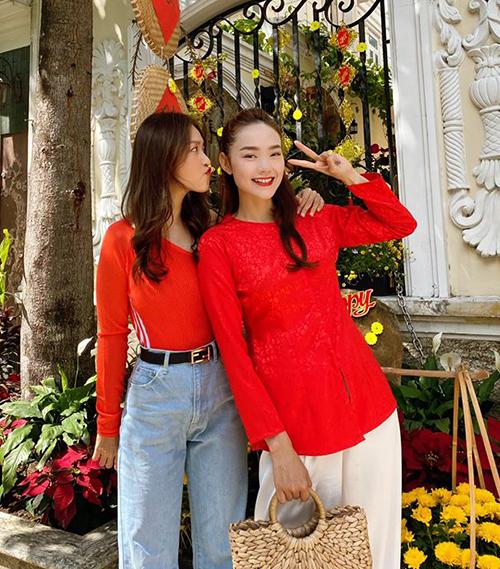 Cách nhau đến 10 tuổi nhưng Khả Ngân và Minh Hằng không chỉ hợp cạ trong tính cách mà còn ăn ý về ăn mặc. Hai chị em cũng thường xuyên có những chuyến đánh lẻ đi mua sắm, du lịch.