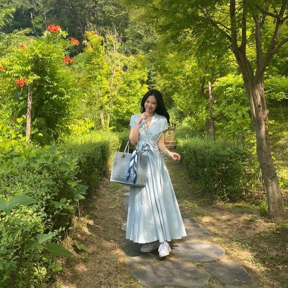 Jennie diện váy dài, xách túi cùng tông xanh dịu đậm chất hè.