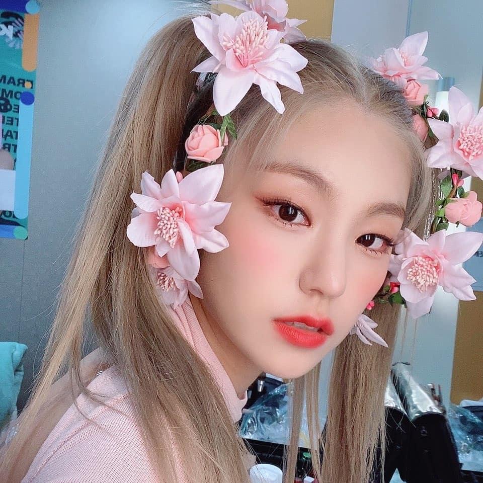 Kỷ niệm một năm ra mắt tên fandom Midzy, các cô gái ITZY tung loạt ảnh đáng yêu. Trưởng nhóm Yeji cài hoa giả lên đầu như tiên tử.